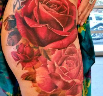 Тату розы на бедре