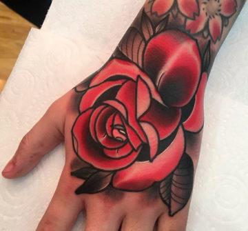 Тату розы на кисти руки мужские