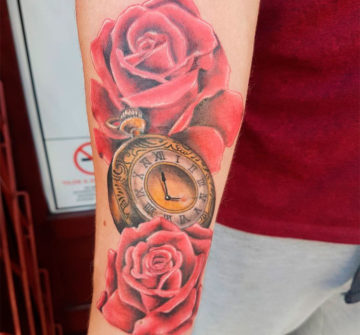 Тату розы с часами на руке