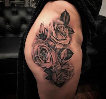 Татуировка роза на бедре