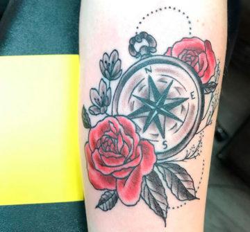 Татуировка розы и компас