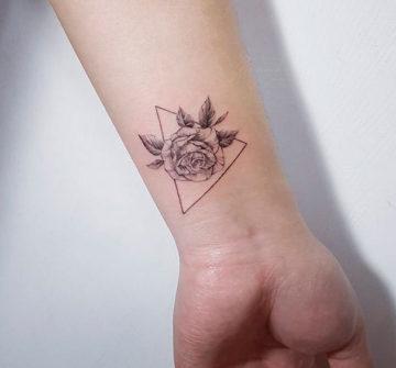 Женская тату на руке роза в треугольнике