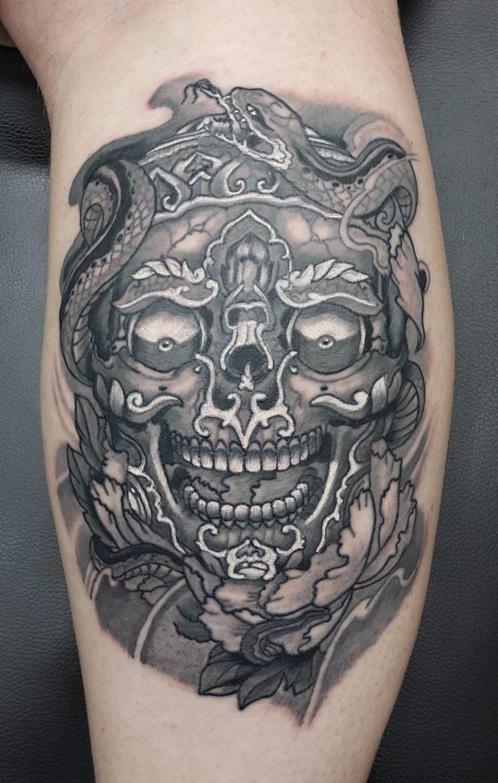 Татуировка череп на ноге