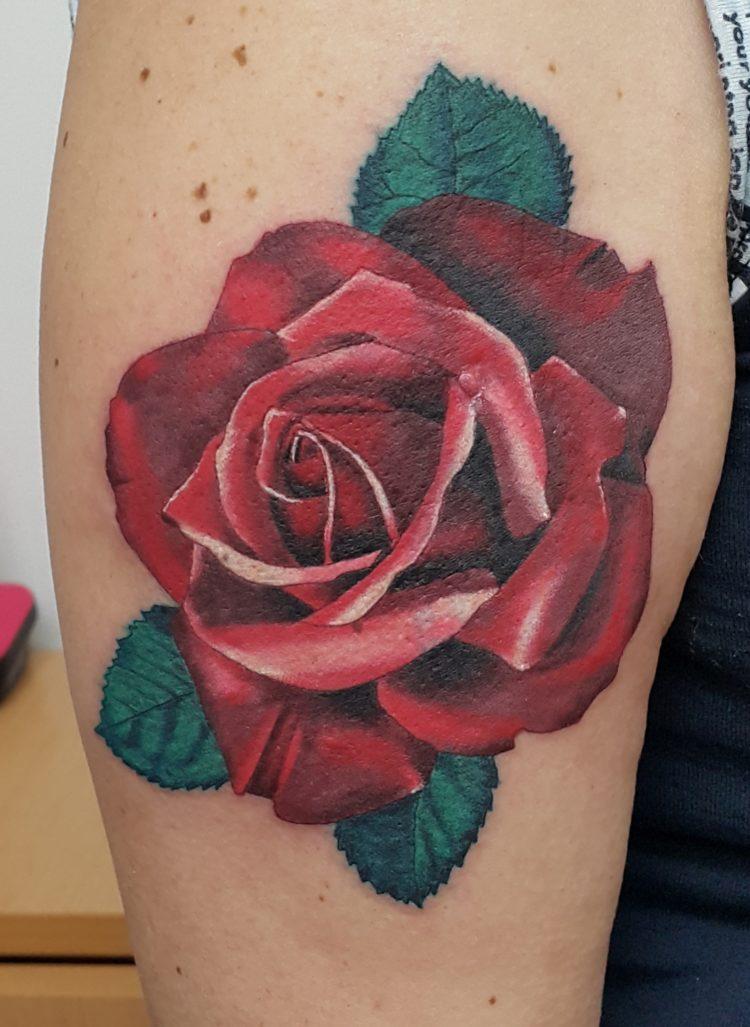 Красная роза на плече