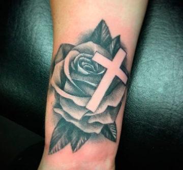Роза с крестом на руке
