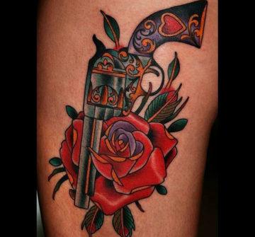 Тату роза и револьвер