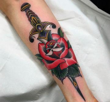 Тату роза с кинжалом на руке