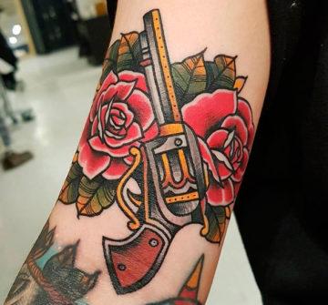 Тату розы и пистолет