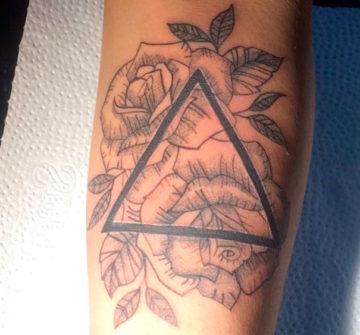 Тату розы с треугольником на руке
