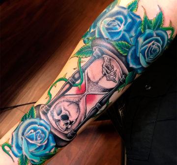 Тату синие розы и песочные часы