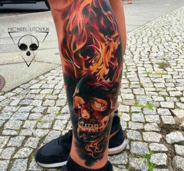 Татуировка череп в огне на голени у парня