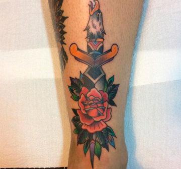 Татуировка роза и кинжал