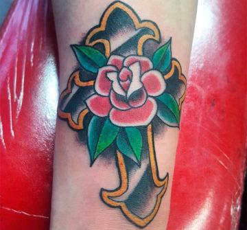Татуировка роза с крестом