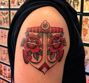 Татуировка якорь с розами