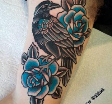 Татуировка ворон с розой