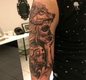 Девушка с черепом и волком на голове