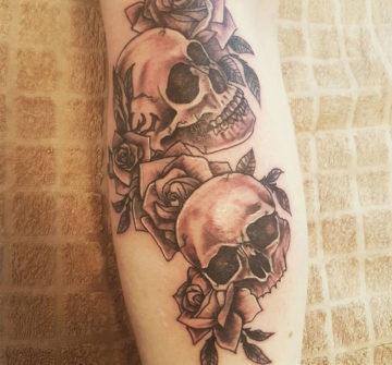 Два черепа с розами