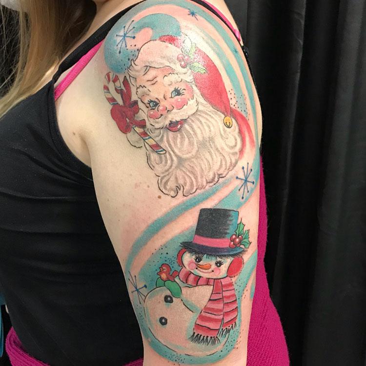 Новогодние татуировки на плече у девушки