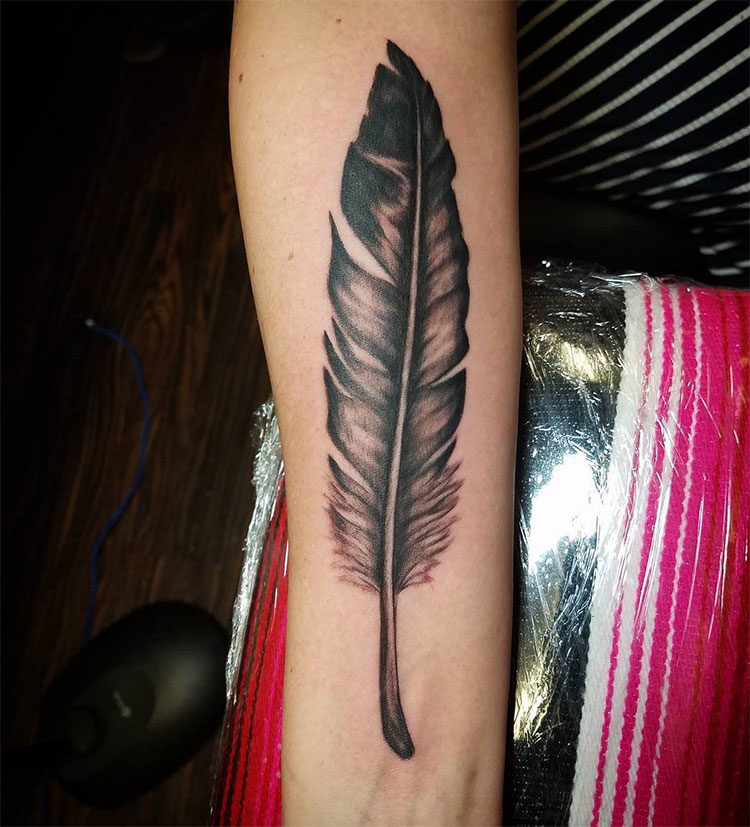 Перо орла, татуировка на руке