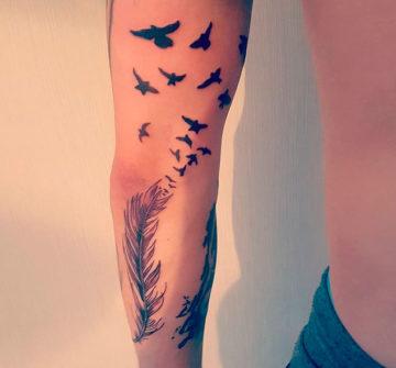 Перо с птицами, тату на руке