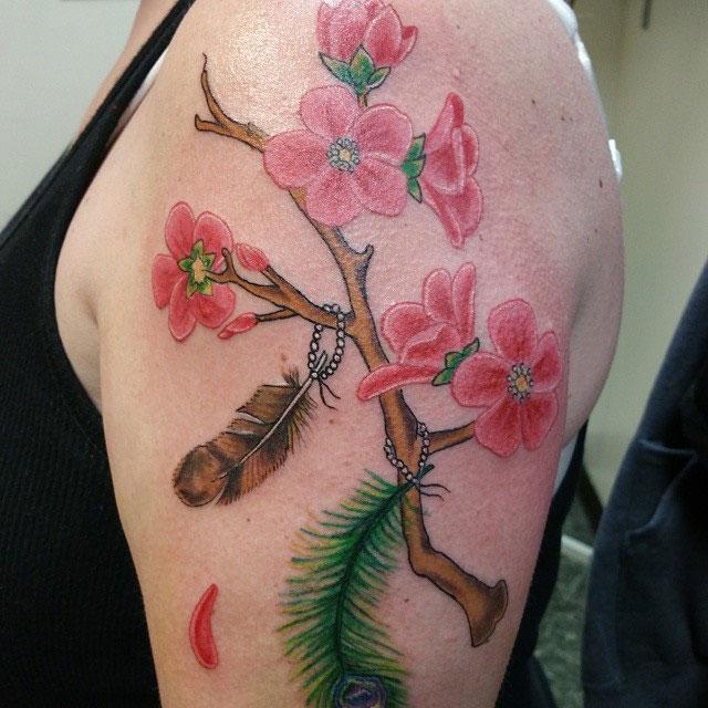 Перо совы и павлина с сакурой, тату на плече