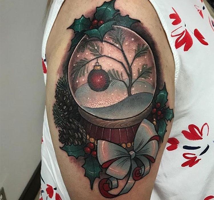 Снежный шар, тату на плече