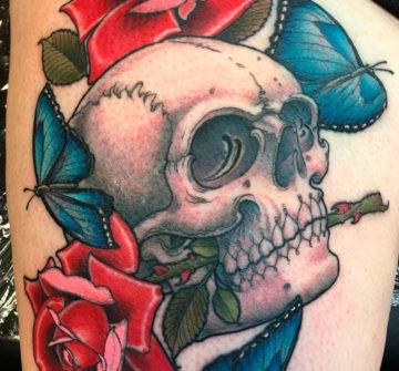 Тату череп с розами и бабочками