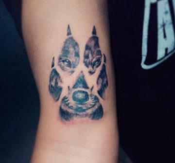 Тату лапа волка на руке