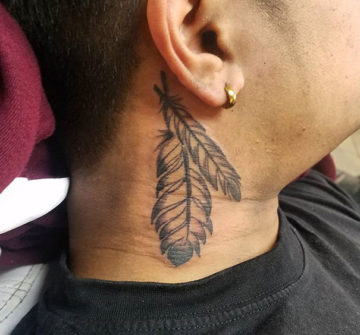 Татуировка пера за ухом