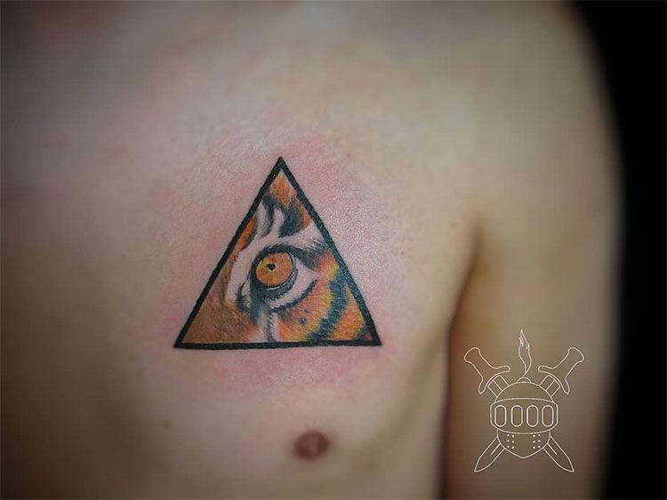 Глаз тигра в треугольнике, мужская тату на груди