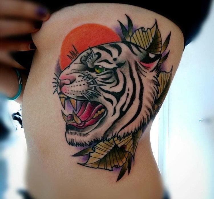 Голова белого тигра с оскалом, тату на боку у девушки