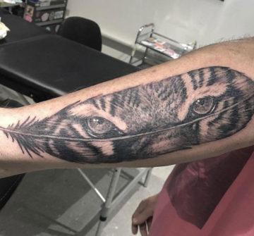 Перо с глазами тигра, мужская тату на руке