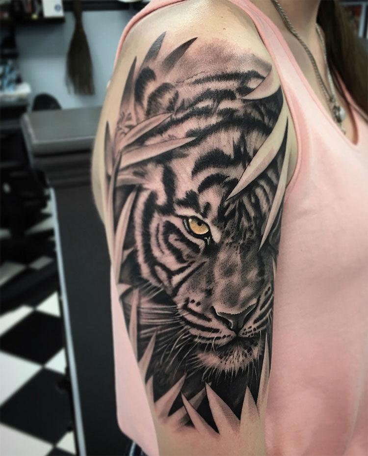 Тигр, тату на плече у девушки