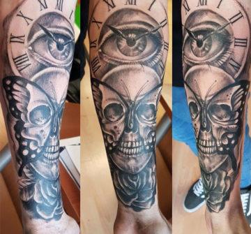 Череп, глаз, часы и бабочка, мужская тату на руке