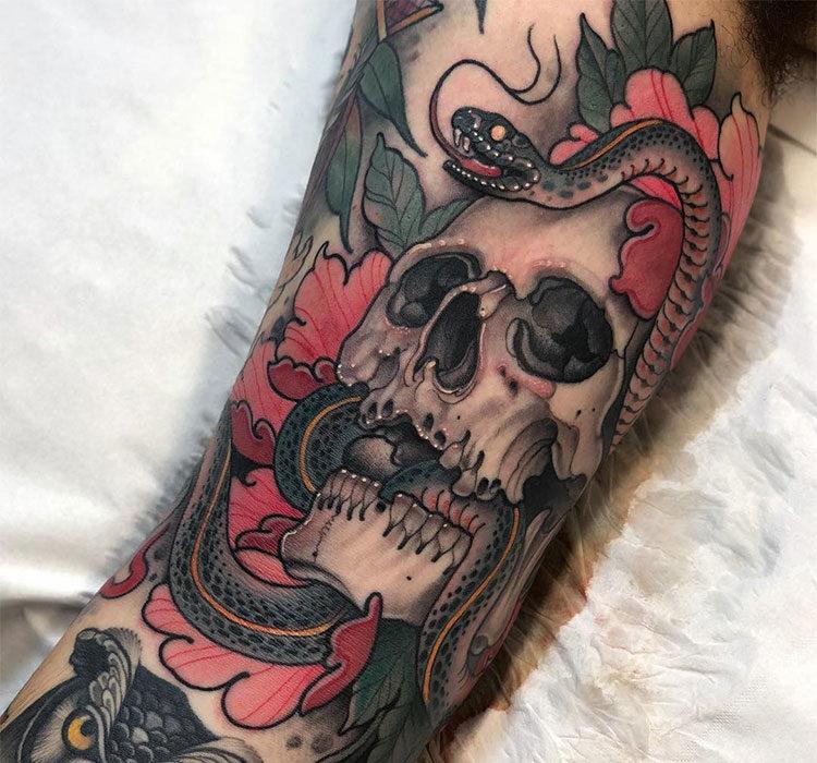 Череп со змеей и пионами, мужская тату на руке