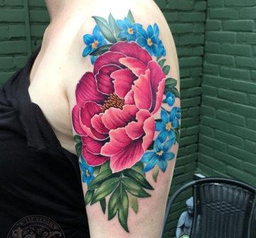Цветная тату пиона на плече у девушки