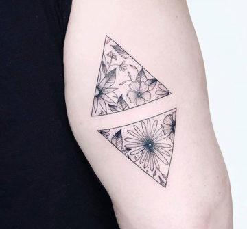 Два треугольника с цветами внутри, тату на руке