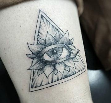 Глаз с лепестками в треугольнике, тату на ноге