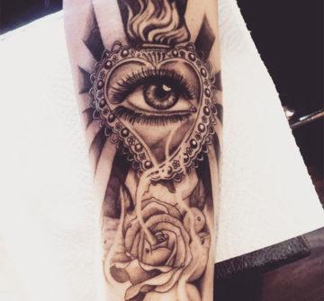 Глаз в сердце с огнем и роза, мужская тату на руке