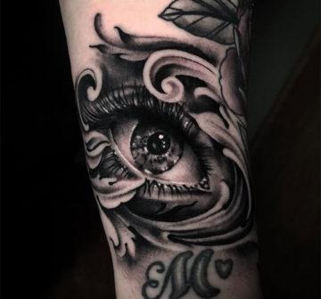 Глаз в стиле блек энд грей, тату на руке у девушки