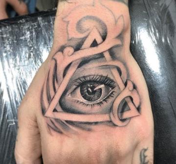 Глаз в треугольнике, мужская тату на кисти руки