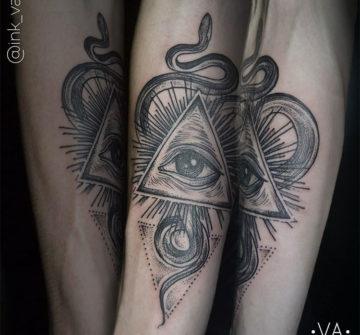 Глаз в треугольнике с лучами и змеей, мужская тату на руке