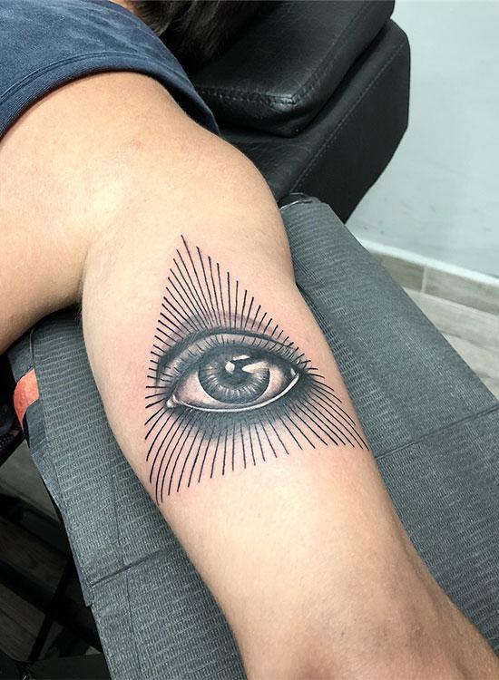 Глаз в треугольнике, тату на бицепсе