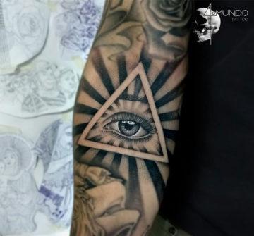 Глаз в треугольнике, тату на руке у парня