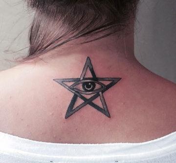 Глаз внутри звезды, тату на спине у девушки