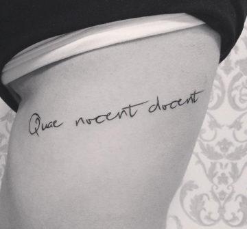 Надпись Quae nocent docent, тату на латыни