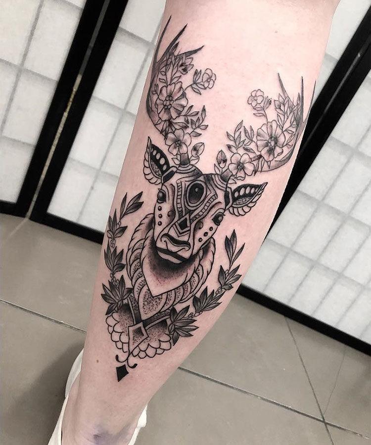 Олень с цветами на рогах, тату на голени