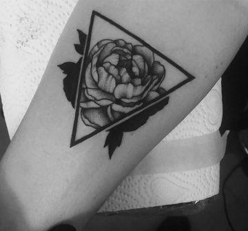 Пион в треугольнике, женская тату на руке