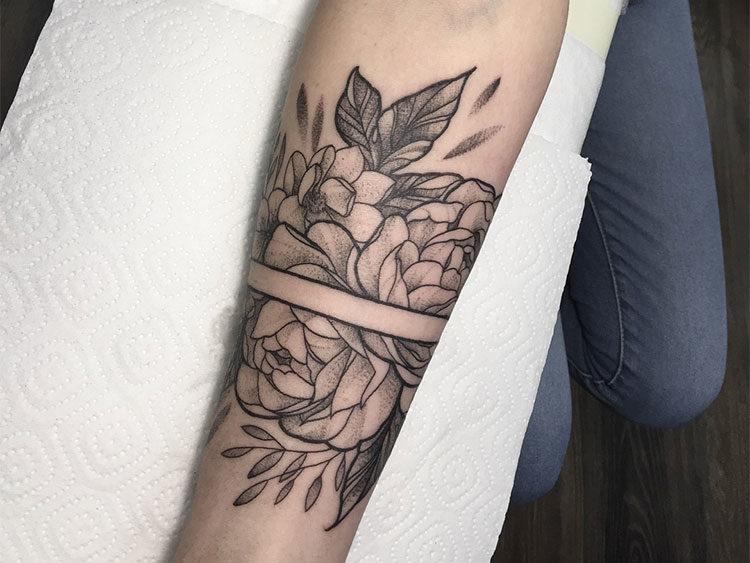 Пионы вокруг руки, тату в стиле графика
