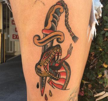 Проткнутая кинжалом голова змеи, традишнл тату